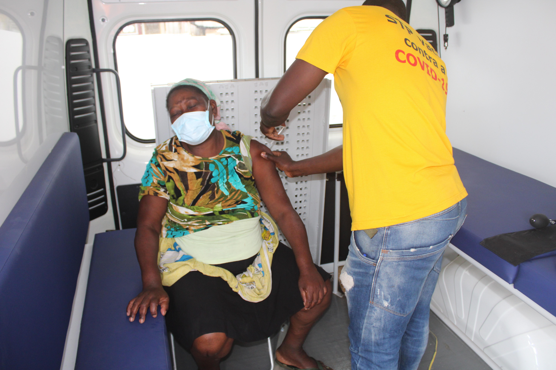 Adriana Calota, uma das primeiras a ser imunizada na comunidade de São José.